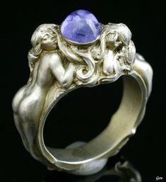 Art Nouveau Ring with Sapphire.                                                                                                                                                                                 Más