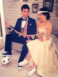 サッカー好きな旦那さん!?黒白の色違いのコンバースをコーディネイト。 All Star, Football Couples, Wedding Converse, Wedding Shoes, Football Wedding, Wedding Preparation, Wedding Images, Wedding Ideas, Wedding Photoshoot