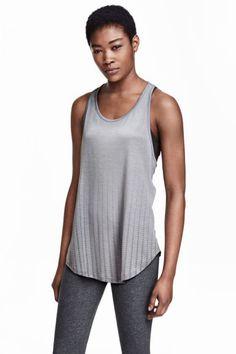 Koszulka treningowa: Koszulka treningowa z szybkoschnącego materiału funkcjonalnego. Wąski tył typu racer i zaokrąglony dół.