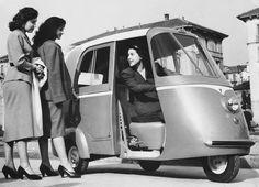 Una Vespa-taxi a Milano nel 1952 (Keystone/Getty Images)