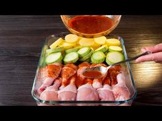 Doar pune toate ingredientele in tava de copt, iar cuptorul va face rest. Baby Food Recipes, Chicken Recipes, One Pan Meals, Four, Zucchini, Sausage, Food And Drink, Vegetables, Cooking
