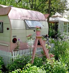 Love the camper in pink! Would be fun to live in this for a summer! Love the camper in pink! Would be fun to live in this for a summer! Retro Campers, Rv Campers, Camper Trailers, Vintage Campers, Retro Trailers, Retro Caravan, Mini Caravan, Happy Campers, Vintage Motorhome