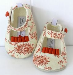 can't get enough of these DIY baby shoes. Little Girl Shoes, Cute Baby Shoes, Baby Girl Shoes, Girls Shoes, Baby Shoes Pattern, Designer Baby Clothes, Shoe Gallery, Baby Feet, Childrens Shoes