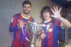 Gerard Piqué y Carles Puyol sujetan el trofeo de liga en los vestuarios, mientras Puyol indica que es la quinta liga que gana. *Foto extraíd...