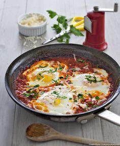 Œufs frits à la sauce tomate façon provençale.                              …