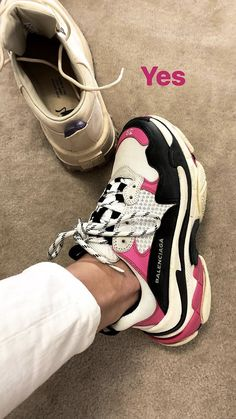 Shoes😻 Air Max Sneakers, Shoes Sneakers, Shoes Heels, Pumps, Sport Street Style, Cher Clueless, Shoe Boots, Shoe Bag, Balenciaga Shoes