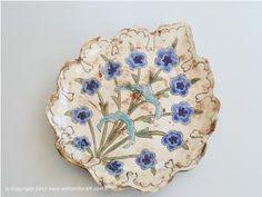 Berna Karadoğan Çalık Hatai Porselen Tabak Ceramic Plates, Porcelain Ceramics, Decorative Plates, Tile Art, Handicraft, Diy And Crafts, Google, Bern, Crates