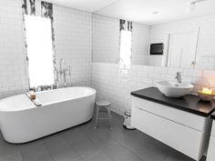 Koko seinän mittainen kylpyhuoneen peili, pyöreästi muotoiltu amme sekä jännä koivukuvio ikkunan ympärillä. #netrautalikes #kylpyhuone