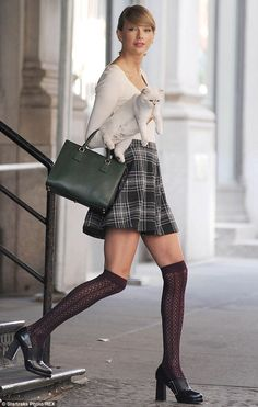Not sure what I like most about this Taylor Swift look, the Blair outfit or the fluffy accessory. Taylor Swift Cat, Estilo Taylor Swift, Taylor Swift Outfits, Taylor Swift Style, Taylor Alison Swift, Taylor Swift Bangs, Joy Taylor, Vanity Fair, Plaid Skirts