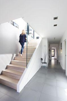 Inspirasjon til åpen trapp opp til 2.etg, her med skap under.