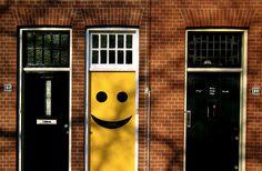 Smiley face door in Holland :))) Just Smile, Happy Smile, Smile Face, Happy Faces, Cute Smiley Face, Love Smiley, When One Door Closes, Yellow Doors, Cool Doors