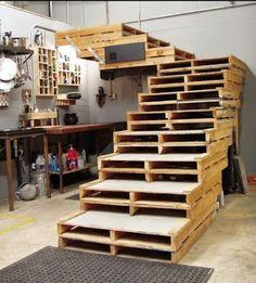 Si tratta di una scala che per il suo design è perfetto per i garage e soffitte . Il suo elemento principale è il pallet di legno nel loro stato originale tutti accatastati insieme , ma lasciando u…