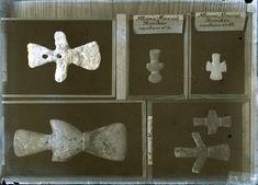 Ídolos en piedra de la Edad de Bronce procedentes de las necrópolis de Tabernas (Almería) y Alhama de Murcia. Fotografía realizada por el arqueólogo Juan Cabré Aguiló (1882-1947), técnica de vídrio a la gelatina, 13x18 cm. La instantánea se pudo realizar entre 1908 y 1947.