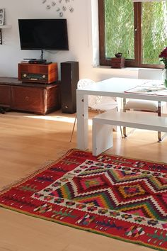 Eclectic decor with old hamdmade rugs. Pet O, Living Spaces, Living Room, Wool Carpet, Rug Sale, Eclectic Decor, Contemporary Decor, Carpets, Shag Rug