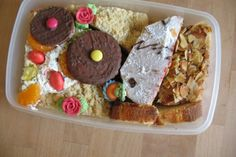 Sonntagssüße Vielfalt (Mohrenkopftorte, Streuselkuchen, Marmorkuchen, Vanillekuchen, Bienenstich, Keksräder und diverses Zuckerzeug)