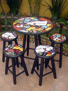 Base: Mosaico de azulejos cerâmicos Pés: em madeira pintada ou envernizada Medida da mesa: 0,74 cm de altura x 0,60 de diâmetro Medida do Banco: 0,49 cm de altura e 0,27 de diâmetro Mosaic Crafts, Mosaic Projects, Mosaic Art, Funky Painted Furniture, Diy Furniture, Painted Stools, Outdoor Tables, Outdoor Decor, Decoration