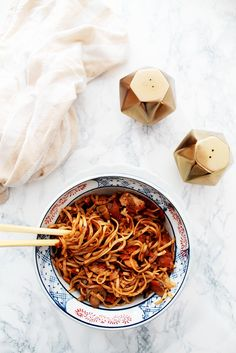 Chinese honey chicken and vegetable noodles.love those salt and pepper shakers! Chinese Honey Chicken, Food Porn, Salty Foods, Pasta, Chicken And Vegetables, I Love Food, Food For Thought, Asian Recipes, Food Inspiration
