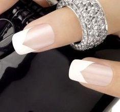 Uno de los diseños clásicos para el diseño de uñas es una elegante manicura francesa de punta blanca...