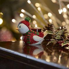 Obtenez l'article supplémentaire le plus adorable pour vos décorations des Fêtes ici, notre Porte-bougie à réchaud Oiseau des neiges. Cet oiseau en porcelaine dans un gilet rouge et vert coiffé d'un chapeau est un idéal cadeau de bas de Noël. h. 9 cm, larg. 11 cm. Winter, Christmas Ornaments, Holiday Decor, Home Decor, Red Vest, Hat, Scented Candles, Christmas Stocking, Birds