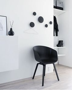 102 Fotos para Renovar seu Hall de Entrada 102 Photos To Renew Your Lobby. Black wall hangers and bl Scandinavian Interior, Scandinavian Design, Black And White Interior, Black White, Minimalist Interior, Porch Decorating, Decorating Ideas, Wall Hooks, Interior Inspiration