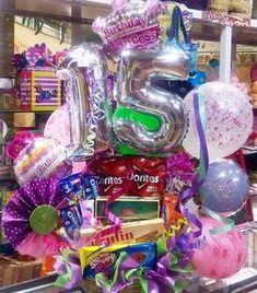 10 ideas de arreglos de 15 años Birthday Gift Baskets, Birthday Gifts, Balloon Animals, Animal Balloons, Quinceanera, Ideas Para, Valentines Day, Centerpieces, Presents