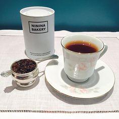 """Sweet Ginger Peach"""" - chá preto do Ceilão combinado com pétalas de girassol, pêssego, maracujá com o picante do gengibre. Blend desenhado e selecionado pela Tea Blender Mery Krammer (Teeson) para Ninina Bakery. ❤️ #tea #teatime #tealife #teacup #tealovers #teawithlove #ilovetea #dailytea #instatea #cha #amocha #diariodocha #ahoradocha #chapreto #teeson #nininabakery"""