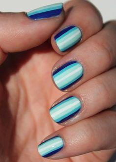 nail art à faire soi-même: manucure rayée en nunaces bleues