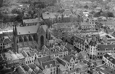 Overzicht vanaf de Domtoren (Domplein) te Utrecht van het noordoostelijke deel van de binnenstad, met rechts de Korte Jansstraat en links de St.-Willibrorduskerk (Minrebroederstraat 21).1947