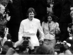 George Harrison and Wife Olivia at the Wedding of Fellow Ex Beatle Ringo Starr April 1981 Lámina fotográfica
