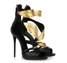 Golden leaves decorate the front of the shoes !