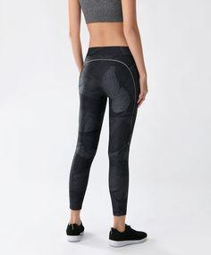 Legging noir à rayures - Fitness - Tendances printemps été 2017 en mode femme chez OYSHO online : lingerie, vêtements de sport, pyjamas, bain, maillots de bain, bodies, robe de chambre, accessoires et chaussures.
