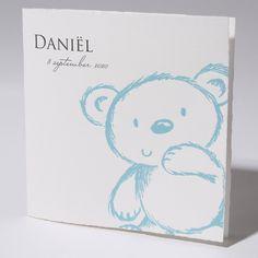 Geboortekaartje Family Cards Klein Wonder - 63.625 - 63.625 - Klassiek geboortekaartje van Oud Hollands karton met blauwe beer op de voorzijde. - Geboortekaartjes.nl