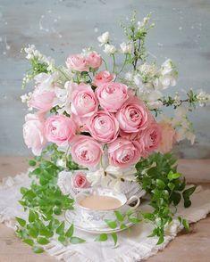 Light Pink Flowers, Shabby Flowers, Pretty Flowers, My Flower, Flower Vases, Flower Art, Beautiful Flower Arrangements, Floral Arrangements, Floral Bouquets