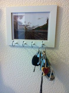 Selbstgemachtes Schlüsselbrett:) Einfach in einen #bilderrahmen Holzhaken eindrehen... Damit  es an der Wand nicht wackelt, habe ich noch mehr Nägel in die Wand gehauen, die dann den Rahmen halten:) #wandgestaltung