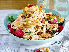 Spaghetti mit Hack-Feta-Soße und Gemüsechips Rezept | LECKER