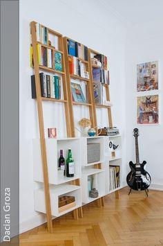 Das Leiterregal brecht lehnt lässig an der Wand und bietet Platz für Bücher, Vasen, Schallplatten, Nippes und vieles mehr. Ein unkompliziertes, leichtes Möbelstück mit ausgefallener Konstruktion: Das Regal lehnt nur mit den Regalkästen an der Wand, während die Leiter frei schwebt. Das Ergebnis ist ein solider, fester Stand - und trotzdem eine luftige Erscheinung. Die Leiter hat einen Neigungswinkel von fünf Grad zur Wand – während die Sprossen und eingepassten Regalkästen horizontal…
