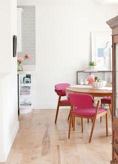 Adorable chaises rose bonbon dans cette salle à manger immaculée