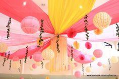 Una preciosa decoración con telas, abanicos y farolillos / A lovely decoration with fabric, fans and lanterns