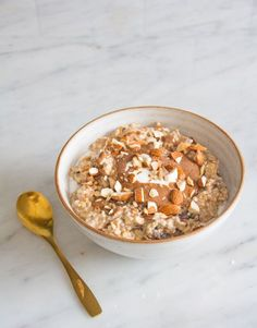Almond milk and a splash of maple is so delicious, while the chia seeds help thicken it up and the pinch of salt enhances all the flavour. Breakfast Snacks, Breakfast Bowls, Healthy Breakfast Recipes, Brunch Recipes, Overnight Breakfast, Breakfast Club, Healthy Breakfasts, Breakfast Ideas, Deliciously Ella Breakfast