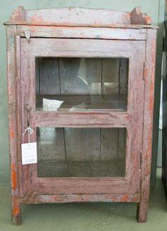 Unikt vintage skap/sidebord produsert i India fra Trend Design. Skapet har to hyller og dør med glass. Bruk det som nattbord eller som avslastningsbord i gangen.Størrelse:H: 84 cmD: 38 cmB: 56 cmMateriale: behandlet treverk. Tørkes av med fuktig klut.