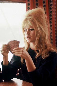 Brigitte Bardot jogando cartas