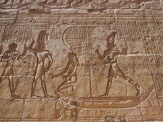 El complejo conserva en la entrada del vestíbulo una estatua intacta del Dios Horus en forma de Halcón con la corona doble del Alto y el Bajo Egipto. Vintage World Maps, World, Egypt, Statues, Temple, Viajes, Bass, Entryway, Corona