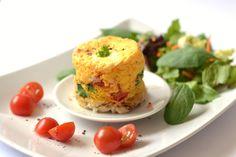 Bögrés-mikros tojásfelfújt recept: Ha valakit korai reggelivel szeretnétek elkápráztatni valami olyasmivel, ami mindössze 10 perc alatt elkészül, akkor próbáljátok ki ezt a receptet! Nagyon finom, ráadásul remekül is néz ki! ;) Cheddar, Baked Potato, Cauliflower, Microwave, Eggs, Potatoes, Baking, Vegetables, Breakfast