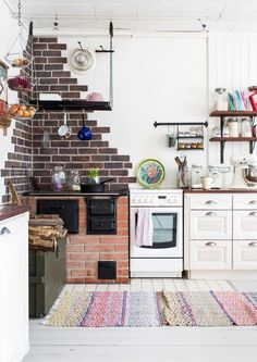 Brick wall in the kitchen Studio Kitchen, Cozy Kitchen, Home Studio, Country Kitchen, Rustic Kitchen Design, Modern Country, Cozy House, Home And Family, Interior Decorating