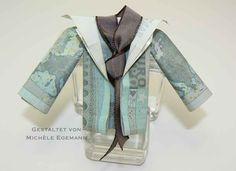 """Meine Freundin hatte diese Woche Geburtstag und sie wünschte sich Geld für eine neue Jacke. Im Netz habe ich hier eine Falt-Anleitung gefunden. Ich wollte aber unbedingt eine Jacke mit langen Ärmeln haben. Kurz überlegt und dann habe ich mit weiteren Geldscheinen ein paar Ärmel """"angebaut"""" bzw. angeklebt ;) Das Taft-Geschenkband soll als Schal dienen …"""