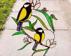 Vetro macchiato suncatcher, decorazione della finestra di vetro di un uccello, passeri in Tiffany, gancio di finestra, finestra pezzo di arte con colori vivaci. Questo gancio di vetro è fatto sul filo e ha un effetto molto elegante e leggero per locchio. Molto piacevole da guardare. 40 cm di altezza  Per più di questi bella appendiabiti clicca su questo link: https://www.etsy.com/shop/AnnekeWeesjesGlass?ref=hdr_shop_menu&section_id=21389767  Se si ordina un c...