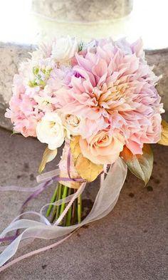 Panny Młode wychodzące za mąż w sezonie letnim to szczęściary, mają przecież do wyboru najpiękniejsze kwiaty do swoich ślubnych wiązanek.  W takim letnim bukiecie ślubnym warto wymieszać letnie kwiaty sezonowe i te, które są dostępne przez cały rok, takie jak lilie, kalie, storczyki, róże, gerbery, goździki, margaretki, alsteremerie, eustomy, czy inne zielone trawy. Od bogatych kaskadowych bukietów, do zgrabnych romantycznych bukiecików ułożonych w kulkę, istnieje wiele możliwości, aby…