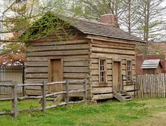 Small Old Houses In The Country. Could be a neat little Cabin. Old Cabins, Log Cabin Homes, Cabins And Cottages, Cabins In The Woods, Small Cabins, Little Cabin, Little Houses, Log Home Designs, Old Houses