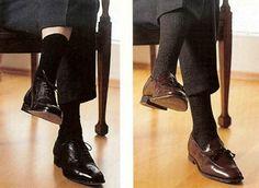 Como o próprio nome já diz, Meia Social é para usar com qualquer tipo de sapato que não seja esportivo como Tênis, Sapatênis e alguns tipos de Mocassins. As meias sociais, ao contrário das esportivas, são altas para evitar que as pernas apareçam ao cruzá-las. A regrinha para combinar esse tipo de meia é super fácil: Sapato Preto: meia na cor marinho, na cor do sapato ou na cor da calça; Sapato Marrom, Bege ou outros tons: meia na cor do sapato ou aproximado.