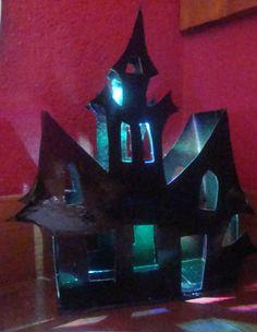 Castillo terror hecha con cajas de cereales y led multicolor www.lacaloatamosconalambre.com
